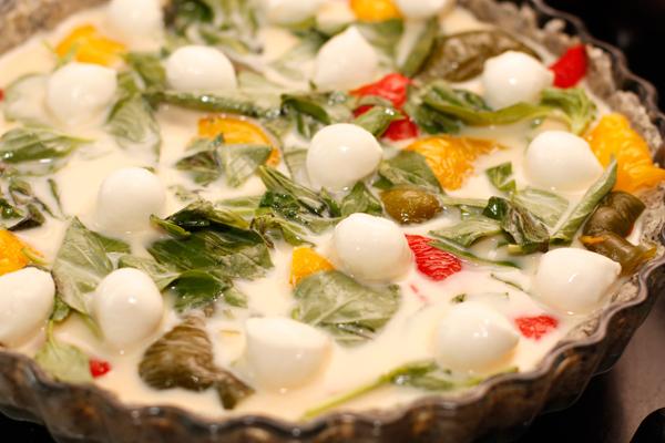 Сверху разложите шарики моццареллы и запекайте в разогретой до 180 градусов духовке 25-30 минут.