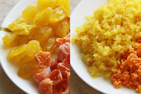 Цукаты, очищенные от косточек, мелко измельчите с помощью мельницы или порубите ножом. Можно взять любые засахаренные цитрусы. Например подойдут цукаты из лимонных и апельсиновых корочек, жёлтый и оранжевый кумкват. Или засахаренные мандарины.