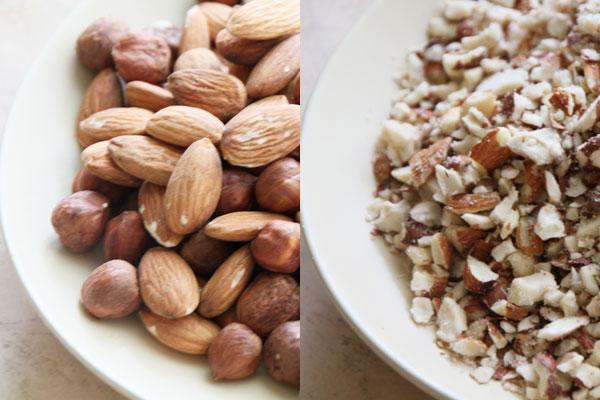Орехи тоже порубите не слишком мелко, чтобы в печенье чувствовались кусочки. Тут тоже можно использовать мельницу.