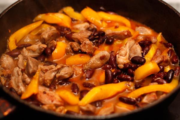 Влейте в сковороду бульон, посолите и тушите 10 минут без крышки.