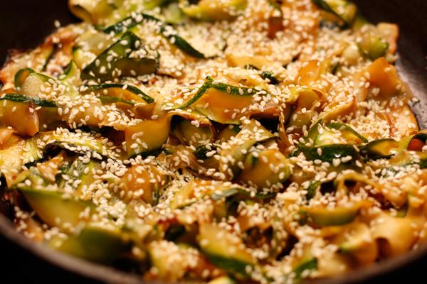 Посыпьте семенами кунжута, перемешайте и готовьте еще пару минут.