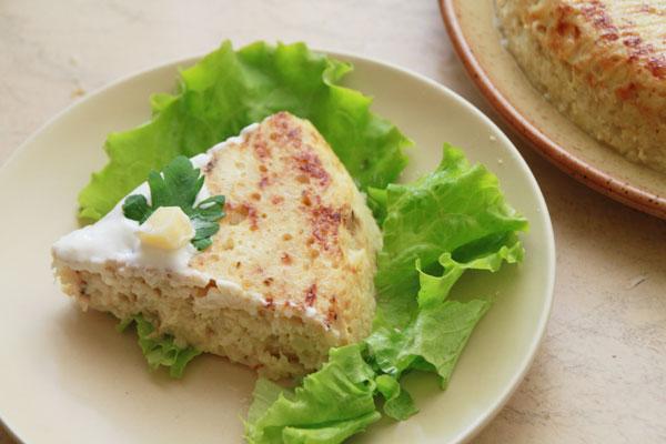 Украсьте зеленью, подавайте горячей со сметаной и зелёным салатом.