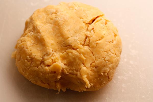Сделайте из теста шар, заверните в пищевую пленку и положите в холодильник на час.