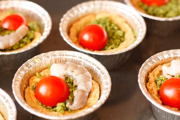 В каждую тарталетку положите по половинке черри и креветке и запекайте около 10 минут, пока креветки не порозовеют, а помидорчики немного не сморщатся.