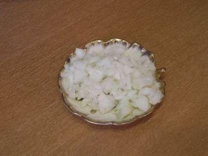 При желании мелко порезать лук и добавить его в салат