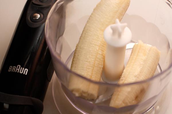 С помощью блендера превратите банан в пюре.