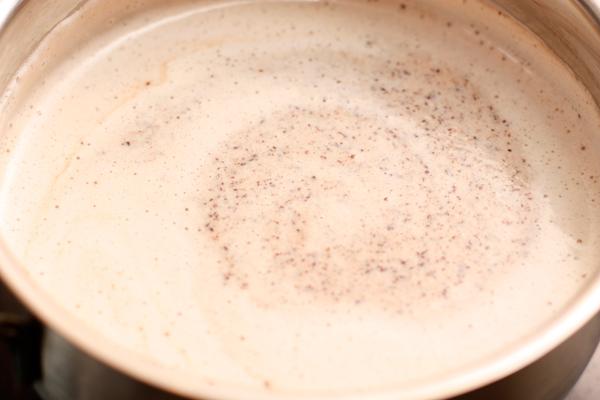 Наломайте шоколад и бросьте его в кастрюлю с напитком.