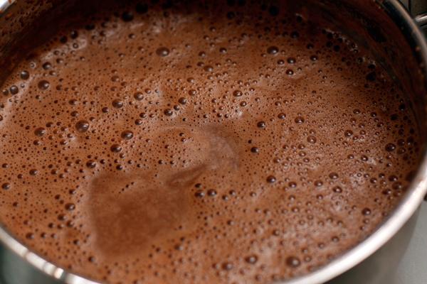 Хорошо мешайте, чтобы шоколад полностью растворился. Когда коктейль станет однородным, снимите с огня и разлейте по чашкам. При подаче посыпьте корицей.