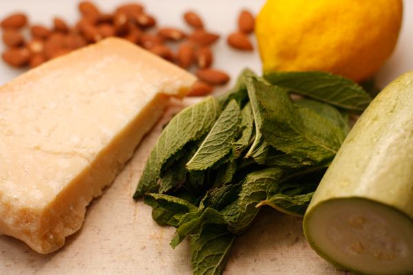 Вымойте и обсушите мяту, кабачок и лимон. От мяты нам понадобятся только листочки.