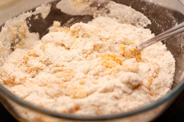 Добавьте яйца в мучную смесь и перемешайте.
