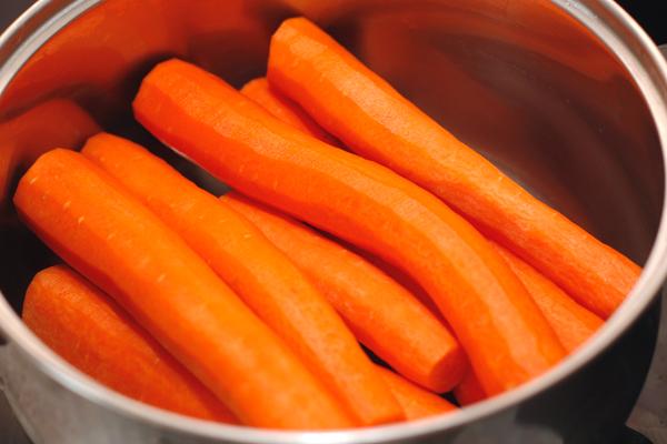 Чистим морковь.