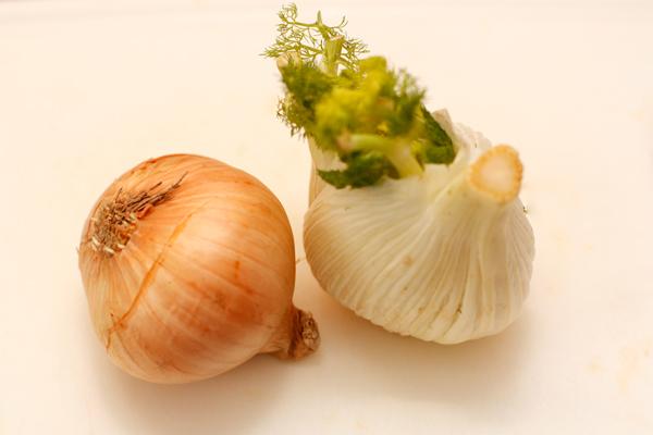 Лук и фенхель тоже чистим и режем каждую луковицу на 4 части.