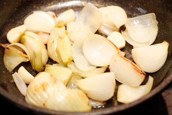 Лук, чеснок и фенхель тушим до мягкости в небольшом количестве масла.