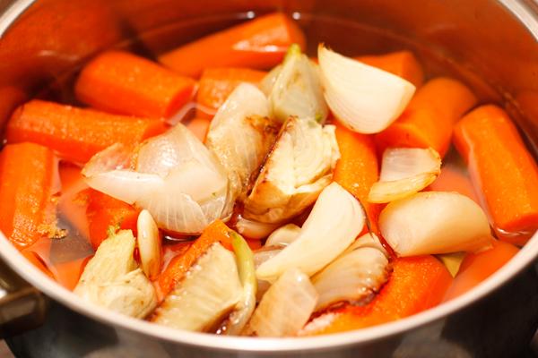 Когда морковь станет мягкой, кладем в кастрюлю тушеные овощи.