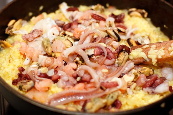 Теперь добавьте морепродукты и готовьте еще около 5 минут. Подавайте ризотто горячим.