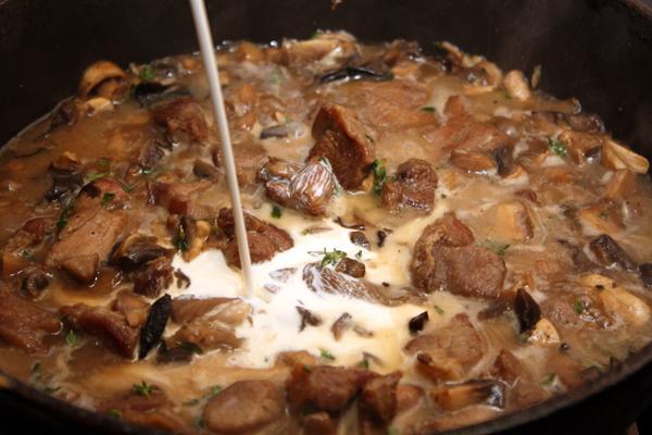 Влить сливки, посолить, поперчить и готовить еще 5-7 минут на среднем огне.