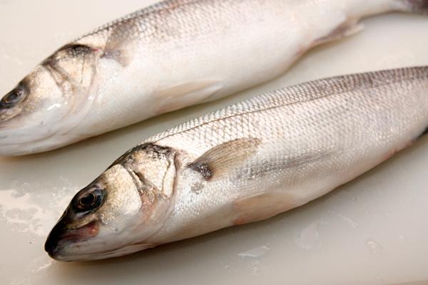 Очистите рыбу от чешуи, удалите внутренности. Жабры я никогда не вырезаю, все получается прекрасно.