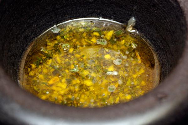 Растереть в ступке и солью, добавить лимонный сок, перец и оливковое масло.