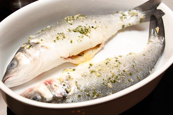 Намазать получившимся маринадом рыбу снаружи и изнутри и положить в форму для запекания.