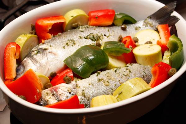 Овощи очистить, нарезать довольно крупно и выложить в форму рядом с рыбой. Добавить немного каперсов, полить маринадом и запечь в горячей духовке около 20 минут. Последние 5 минут подержать рыбу под грилем.