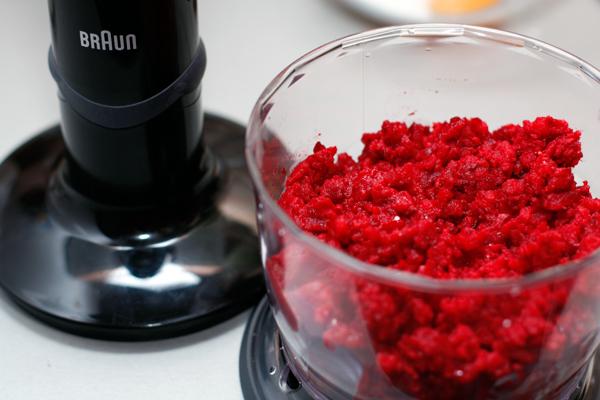 Замороженные ягоды измельчите блендером. Если вы хотите совсем однородное пюре, то дождитесь, пока они подтают, но мне нравится, когда остаются небольшие кусочки, поэтому я ягоды не размораживала.
