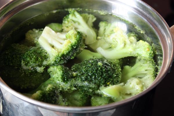 Брокколи разберите на соцветия (если она свежая), залейте горячей водой и доведите до кипения. Через 1-2 минуты слейте воду.