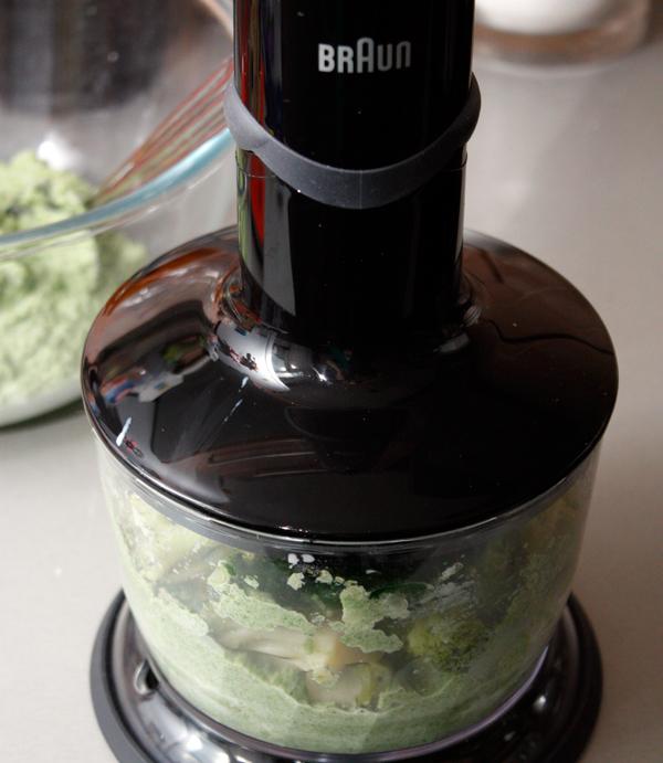 Капусту положите в блендер, добавьте шпинат и сливки и хорошо измельчите.