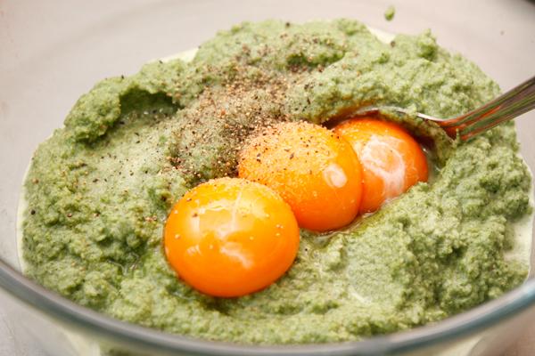 Переложите пюре в миску, добавьте одно целое яйцо, желтки, соль и свежемолотый перец.