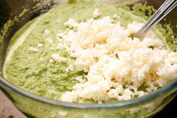 Добавьте сыр в овощное пюре и перемешайте.