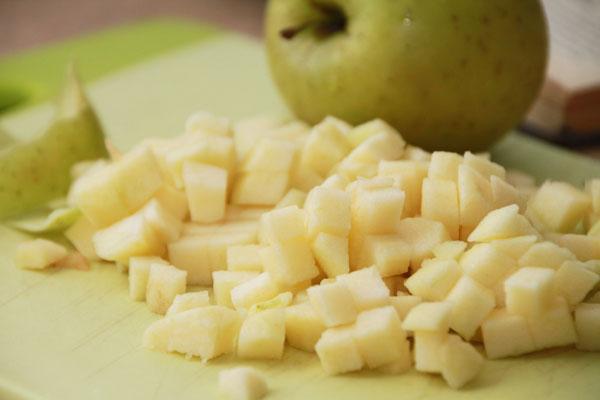 То же самое проделайте с яблоками. Хорошо когда фрукты нарезаны одинаково.