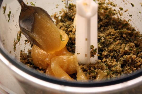 Положите мед (не застывший, но и не слишком жидкий) и еще раз взбейте как следует.