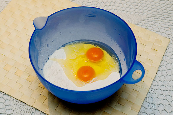 Муку просеять, добавить соль и перемешать. Добавить яйца и опять перемешать.