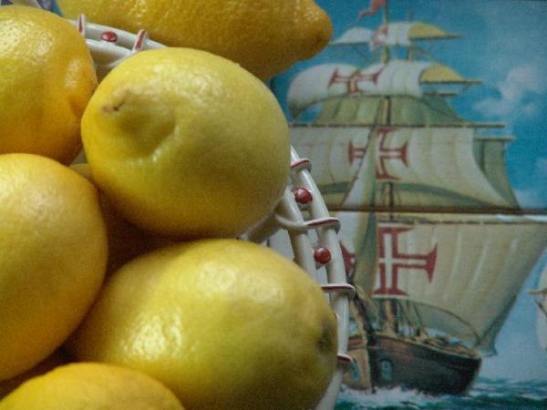 Лимоны для джема подбираем жёлтые, ароматные, сочные, с тонкой кожицей. Общим весом 1,5 кг.  Спелый лимон тяжелее при сравнении, в нем уже накопилось достаточное количество сока. В неспелых лимонах (цитрусовых) сока меньше, они сухие внутри.   Чтобы сделать джем из апельсинов, соблюдаем те же пропорции, но добавляем сок 2 лимонов и 1 палочку корицы в качестве ароматизатора. Если будете готовить апельсиновый джем исключительно для рулета, то добавление корицы не обязательно.