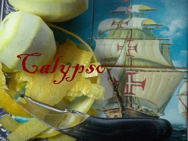 Вымыть лимоны, обсушить.  Острым ножом снять лимонную цедру.