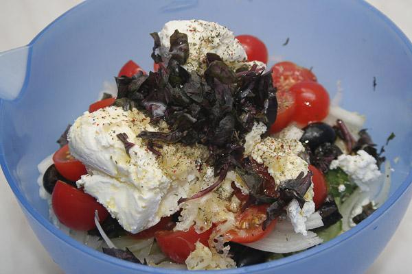 Все овощи сложить вместе, заправить творогом (вкуснее, когда он «мокрый»), солью, помолоть перец, выдавить чеснок, добавить оливковое масло. Добавить измельченные специи: розмарин, тимьян, паприка, эстрагон. (Весь этот набор специй можно найти в «Мельнице» — Итальянские травы).<p>  Все ингредиенты перемешать и выложить в салатницу.