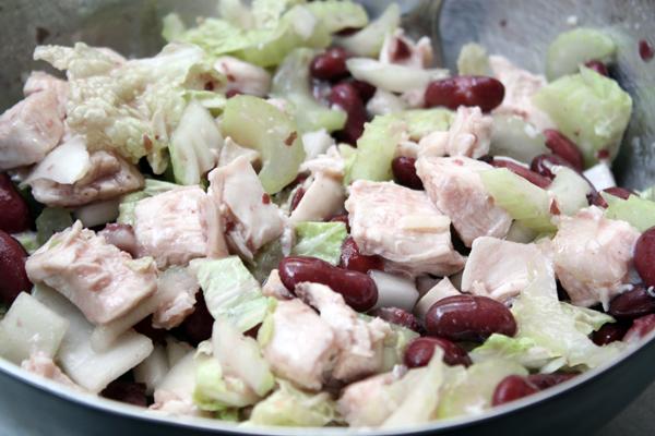 Для заправки смешайте мелко-мелко нарезанный чеснок с солью, перцем, маслом и лимонным соком. Полейте заправкой салат и хорошо перемешайте.