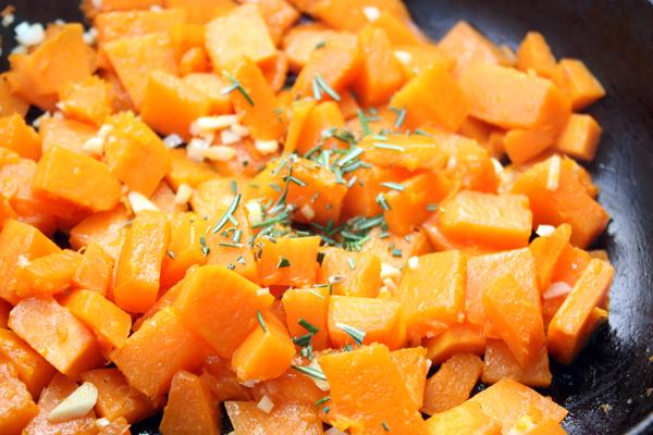 Положите мелко нарезанный чеснок и измельченные листочки розмарина.