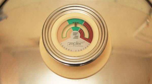 Закройте крышку и верните кастрюлю на плиту. На маленьком огне доведите указатель термоконтроллера до середины зелёного поля.