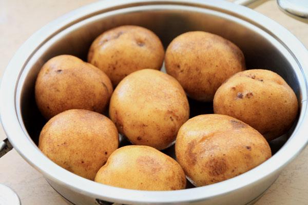 Выбираем картошку примерно одинакового размера, чтобы вся она равномерно пропеклась. Хорошенько моем и укладываем в кастрюлю.