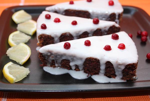 Остужайте пирог на решетке, а затем украсьте глазурью и уберите в холодильник как минимум на ночь, а лучше на сутки.  Для глазури нужно смешать сахарную пудру с любым соком.