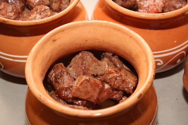 Затем заполните мясом почти до верха.