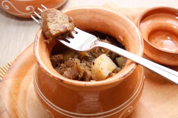 Закройте крышкой и готовьте в горячей духовке 40-50 минут, пока мясо и картошка не станут совсем мягкими. Температура должна быть около 180 градусов.