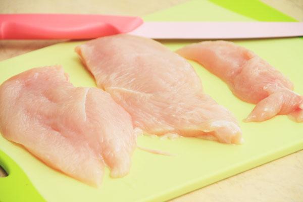 Пока разогревается кастрюля, разрежьте филе на куски толщиной не больше 2 см.