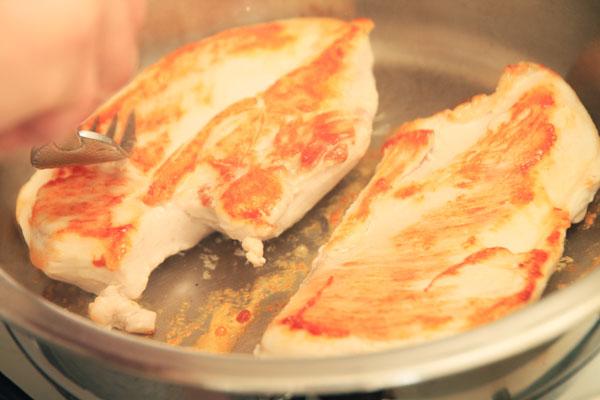Через 3 минуты филе будет уже готово, но для образования корочки с другой стороны нужно его перевернуть, снова поприжимать вилкой и оставить под крышкой на огне ещё на 1-2 минуты.  <br><br>  На этом филе с корочкой готово, его можно подавать с соусами, приправами или использовать для приготовления большого блюда.  <br><br>  Кстати, возникает резонный вопрос, как после всего этого кастрюлю отмыть. Это удивительно, но отмывается она даже простой водой, никаких сложностей.