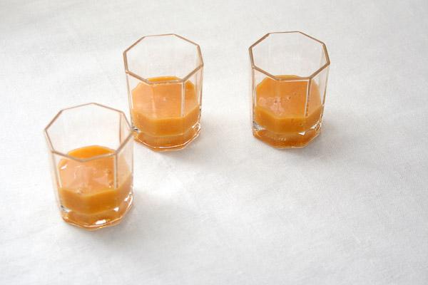 Аккуратно наливаем варенье в стопки чайной ложечкой.