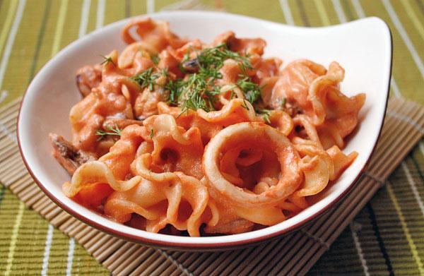 Подавать немедленно, чтобы паста не успела остыть, а соус слишком загустеть.
