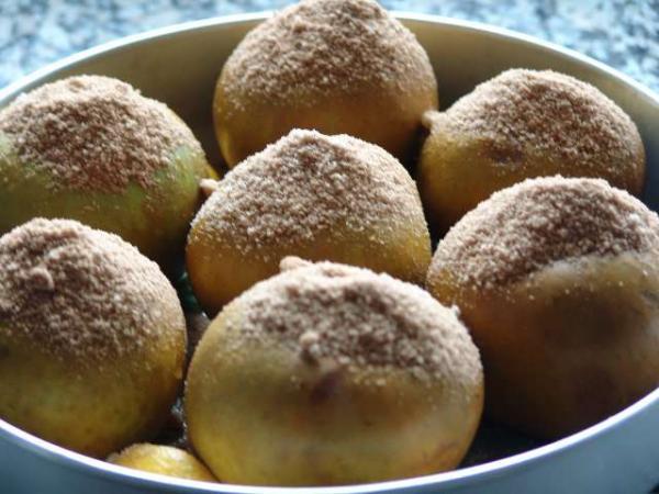 Наполнить смесью коричного сахара отверстия яблок,