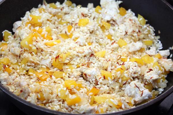 Всыпаем в сковороду рис, солим, готовим 2-3 минуты.