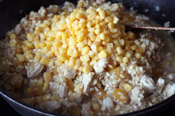 Добавляем кукурузу.
