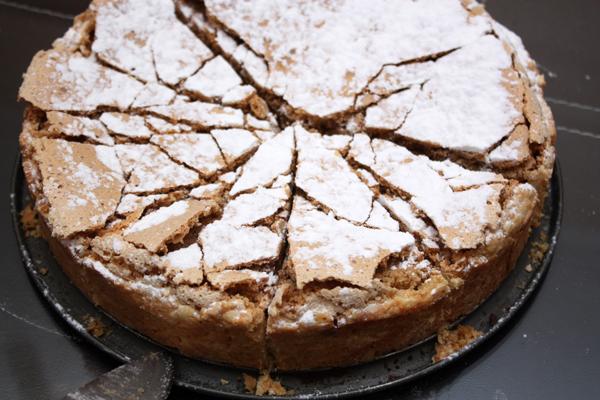 Печь около 40-45 минут при 180 градусах. Когда остынет, посыпать сахарной пудрой.